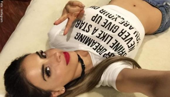 Jessica Cediel chifla a sus seguidores con atrevidas ombligueras