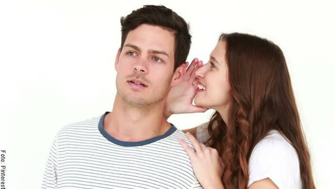 Mujer diciéndole un secreto a un hombre