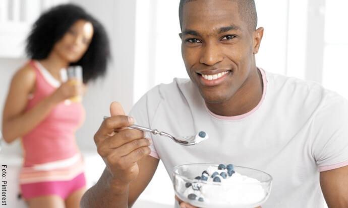 Hombre comiendo crema