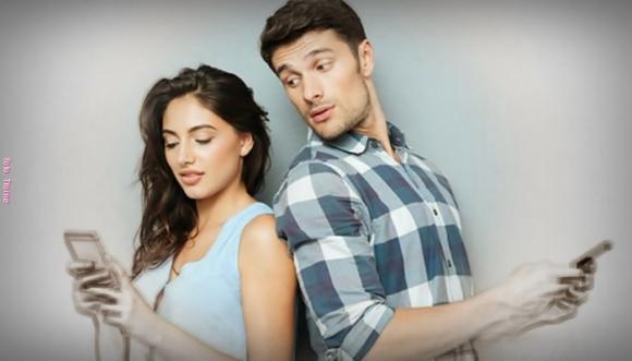 ¿Dejarías que revisaran tu teléfono frente a tu pareja?