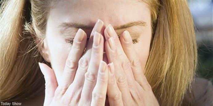 Mujer con las manos en la cara
