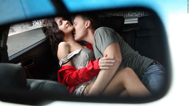 pareja besandose en el carro 1