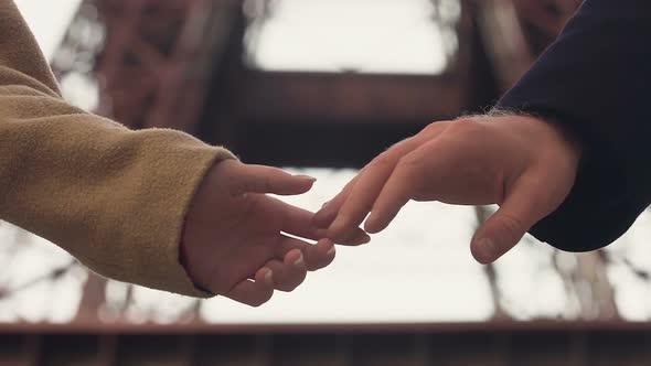 foto de pareja tomada de las manos