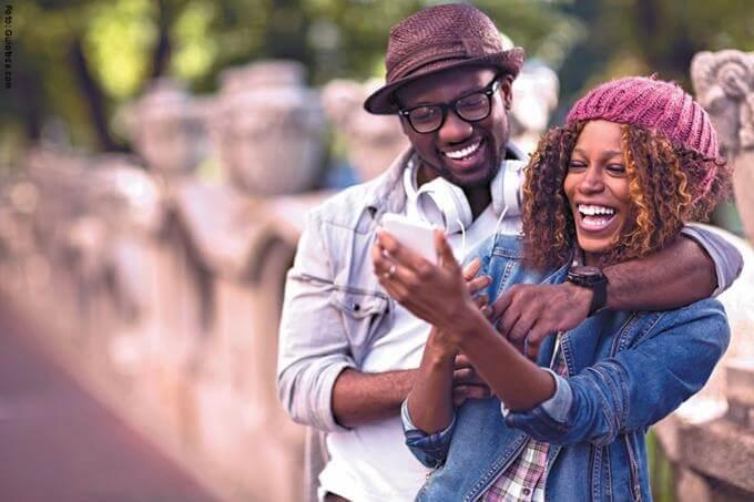 una mujer y un hombre publicando en redes sociales su vida amorosa