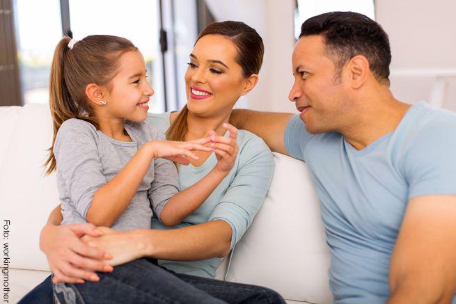 papás hablando con su hija