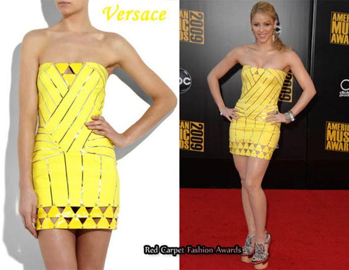 Foto de Shakira con un vestido amarillo