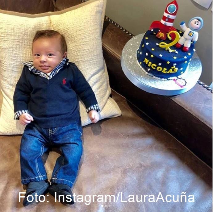 Foto del bebé de Laura Acuña vestido como un adulto