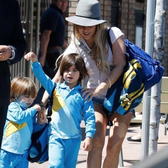 Foto de Shakira con sus hijos frente al colegio de los niños