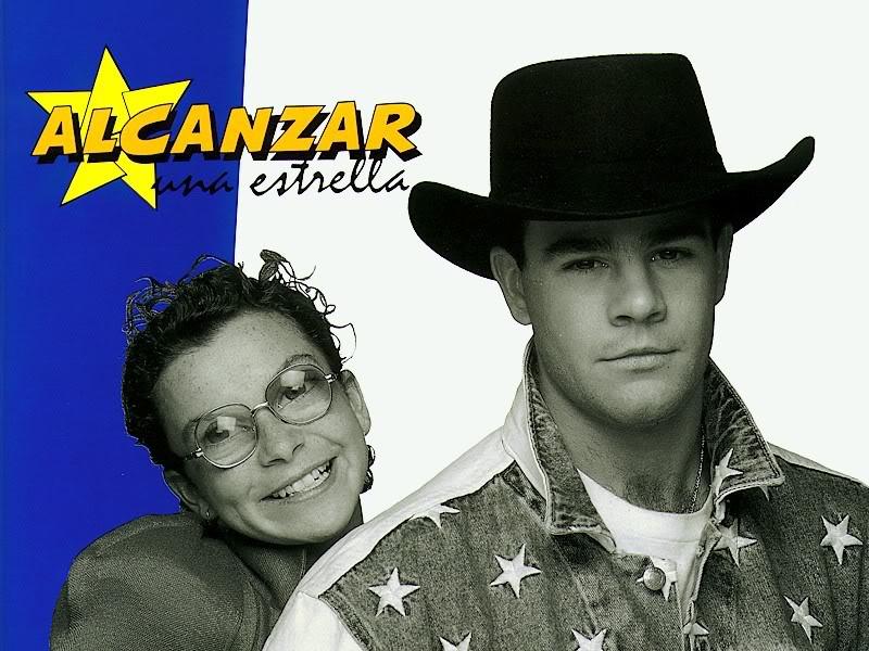 Foto de los protagonistas de la telenovela Alcanzar una estrella caracterizando a sus personajes