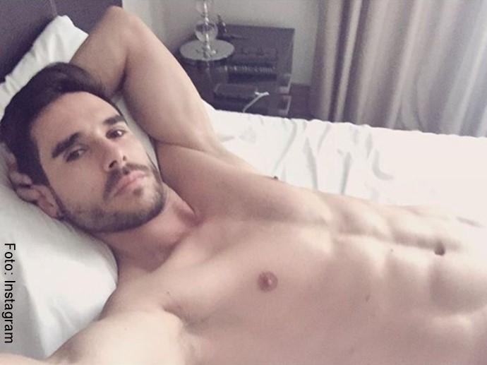 Foto del esposo de Carmen Villalobos acostado y sin camisa