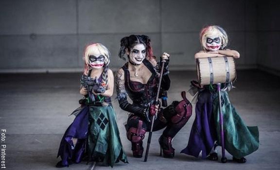 Mamá e hijas con disfraz de Harley Quinn