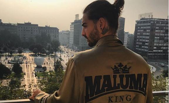 Maluma asomado al balcón en Italia