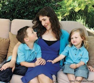 Mayim Bialik con sus hijos