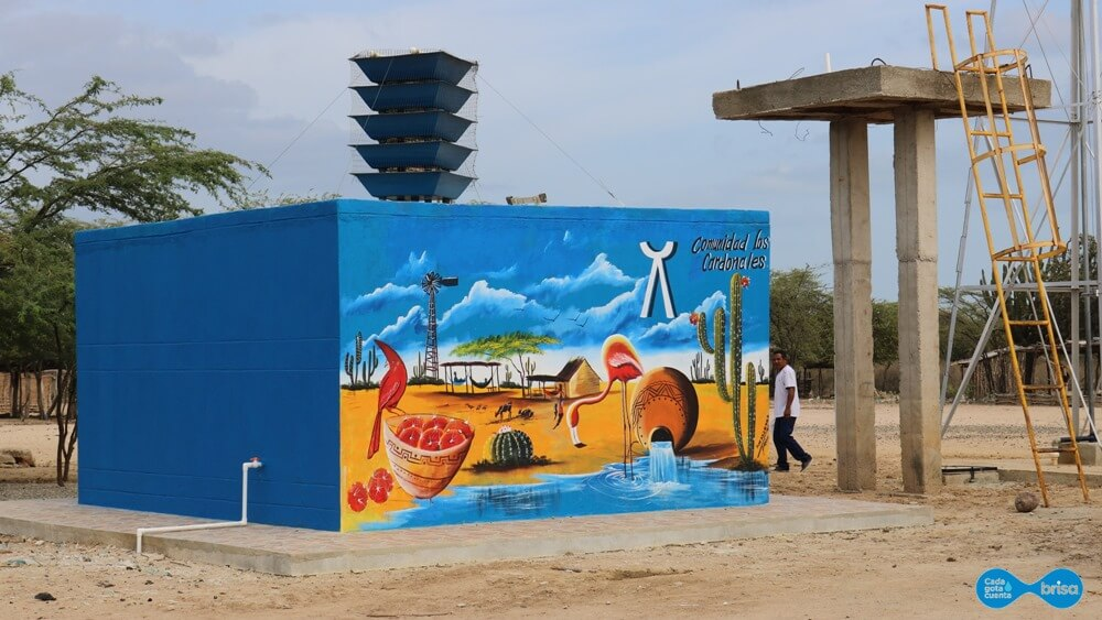 Tanque de agua potable ubicado en Cardonales Guajira decorado por la comunidad