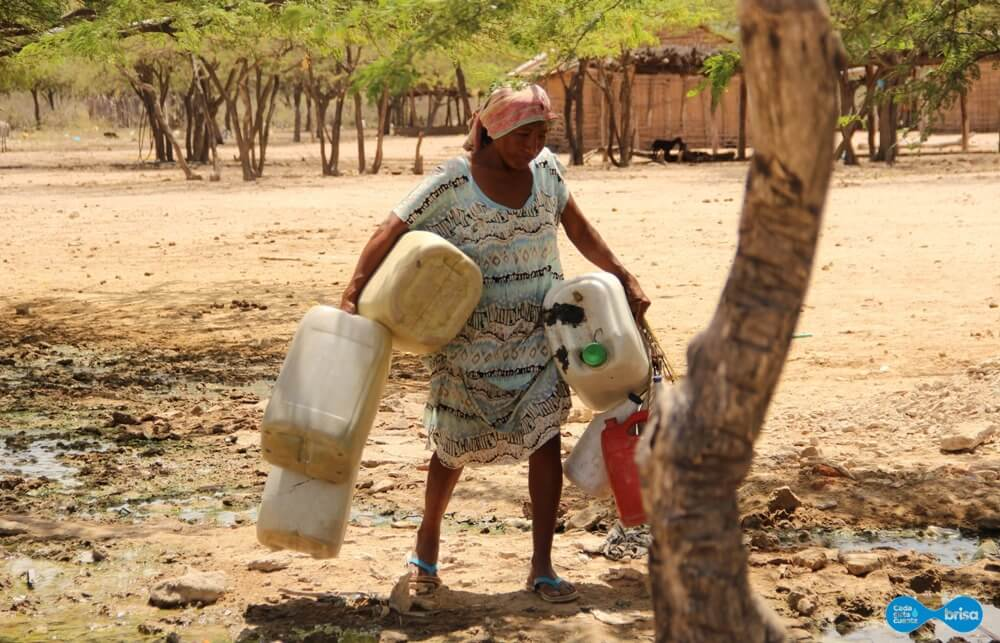 Personas de la Comunidad de Cardonales caminando para llevar agua potable a sus casas