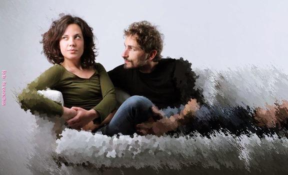 Imagen de una pareja tratando de sulocionar sus diferencias