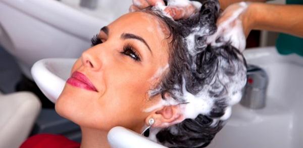 Foto de mujer lavándose el pelo en peluquería