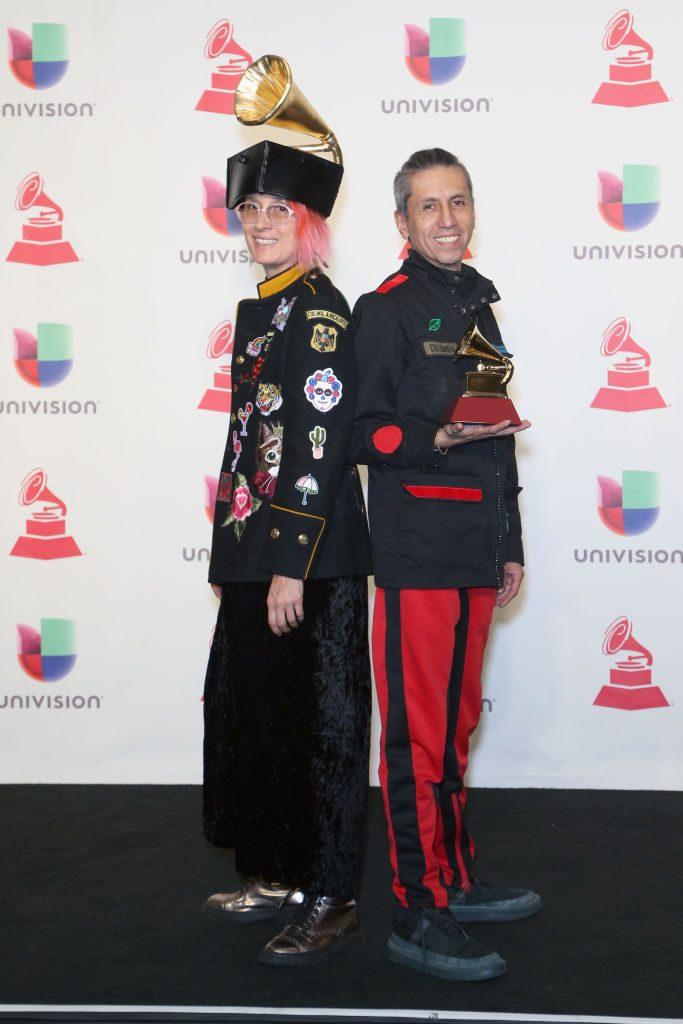 Andrea Echeverry en los Premios Grammy Latinos 2018 con una estatuilla en el sombrero