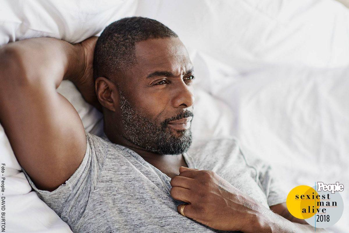 Foto de Idris Elba recostado posando para la cámara de la Revista People
