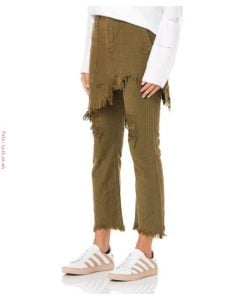 Falda verde rasgada sobre pantalón verde rasgado