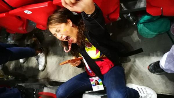 Foto de Karencita celebrando el gol de Yerry Mina