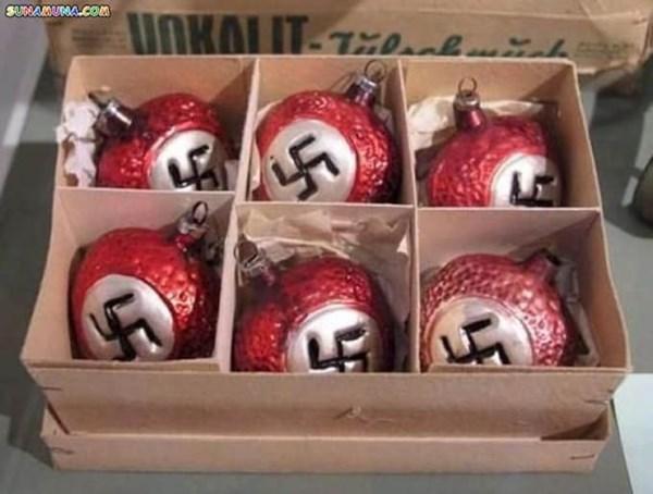 Bolas navideñas con símbolo Nazi