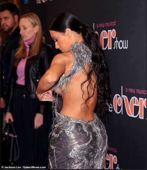 Kim Kardashian arreglándose el vestido