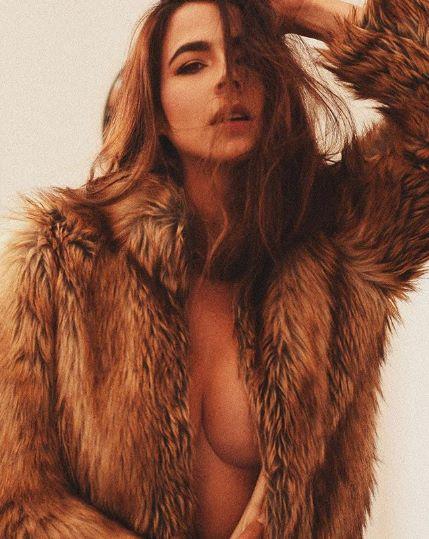 Foto de Carla Giraldo con un abrigo de peluche y nada debajo