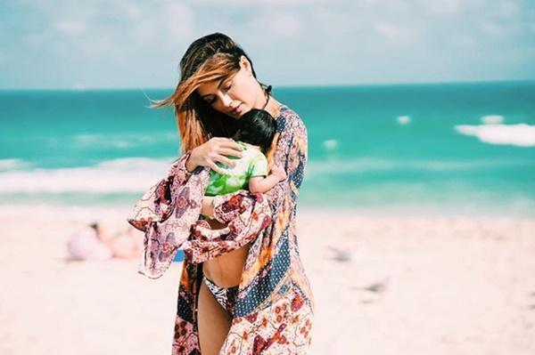 Foto de Sara Uribe en bikini con su bebé en brazos