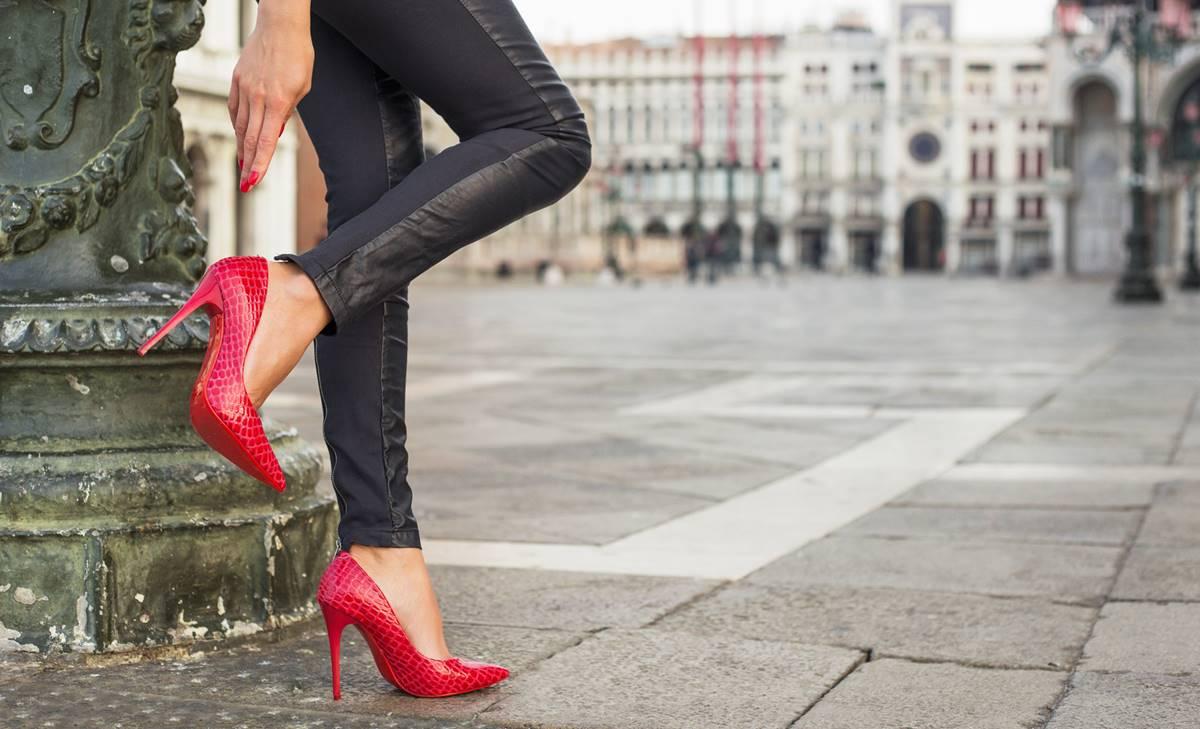 ¿Cómo caminar con tacones sin que te duelan los pies?