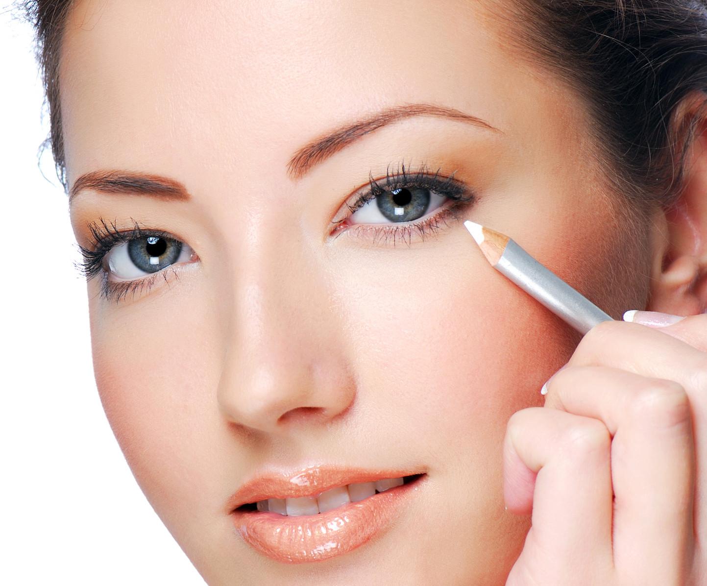 ¿Cómo usar el delineador blanco para agrandar ojos?