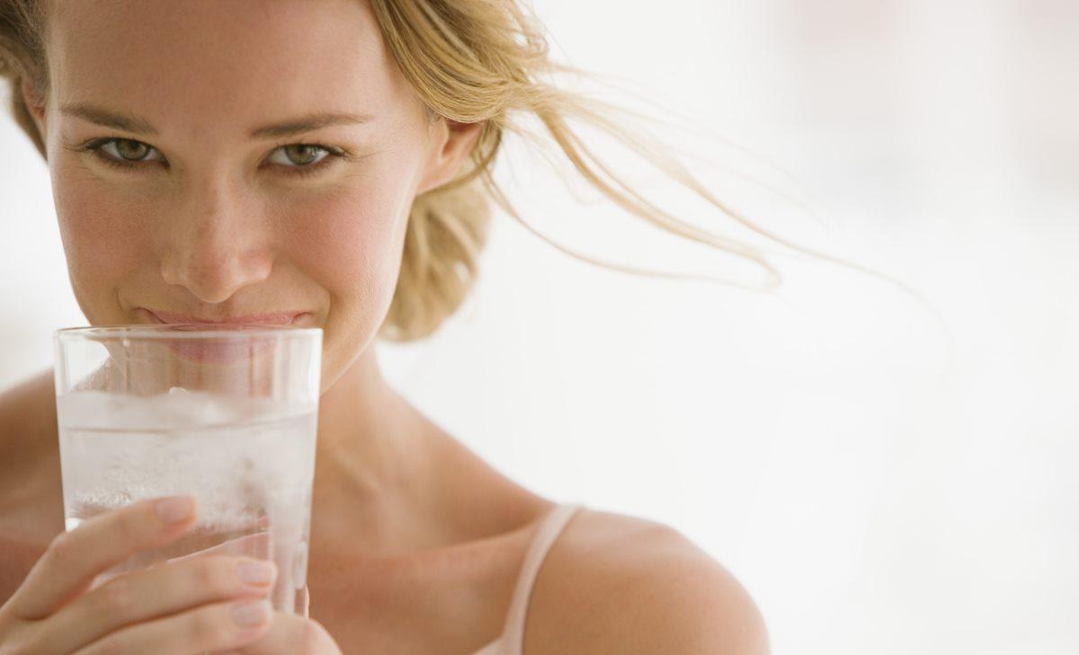 ¿Cuántos litros de agua debo tomar para eliminar la celulitis?