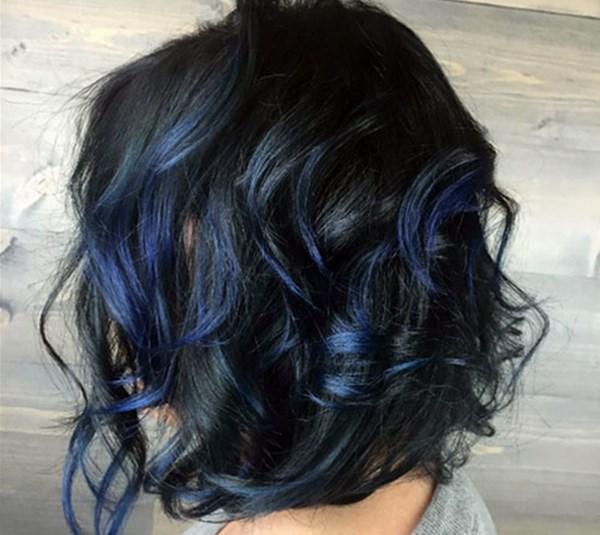 Foto de pelinegra con mechas azules