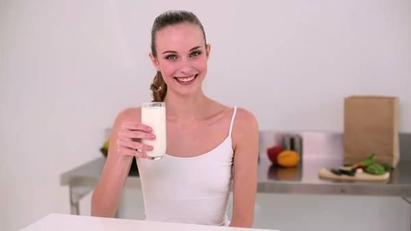 Foto de una chica tomando leche