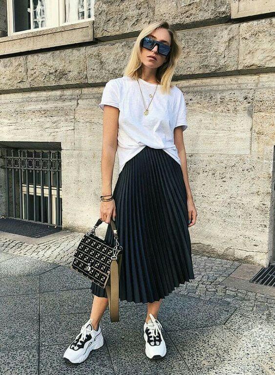 Foto de chica con faldas largas con tenis: camiseta blanca