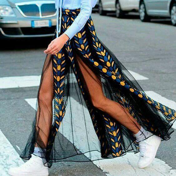 Foto de chica usando falda translúcida