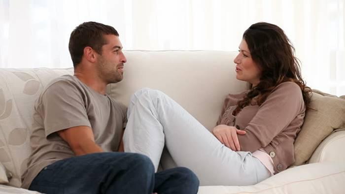 Foto de pareja hablando entre sí