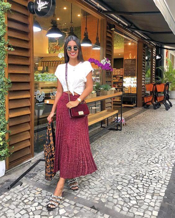 Foto de mujer vestida con falda