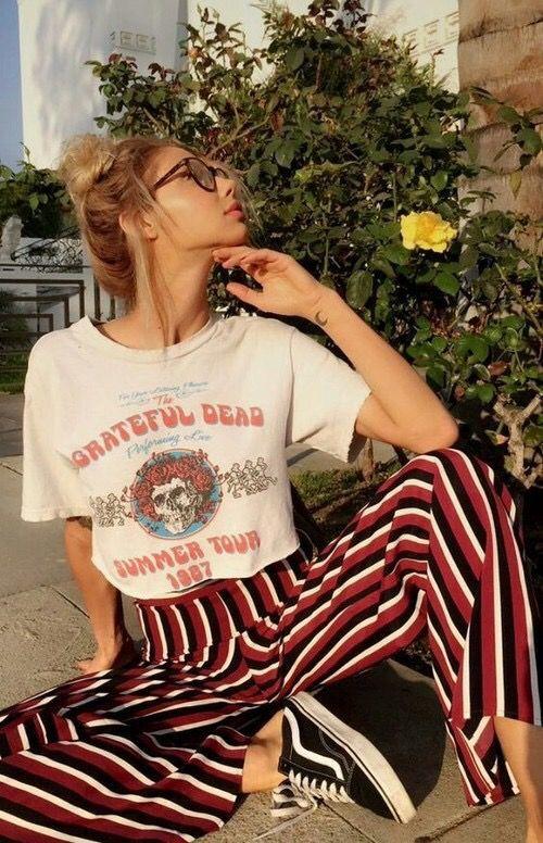 Foto de chica con pantalón a rayas