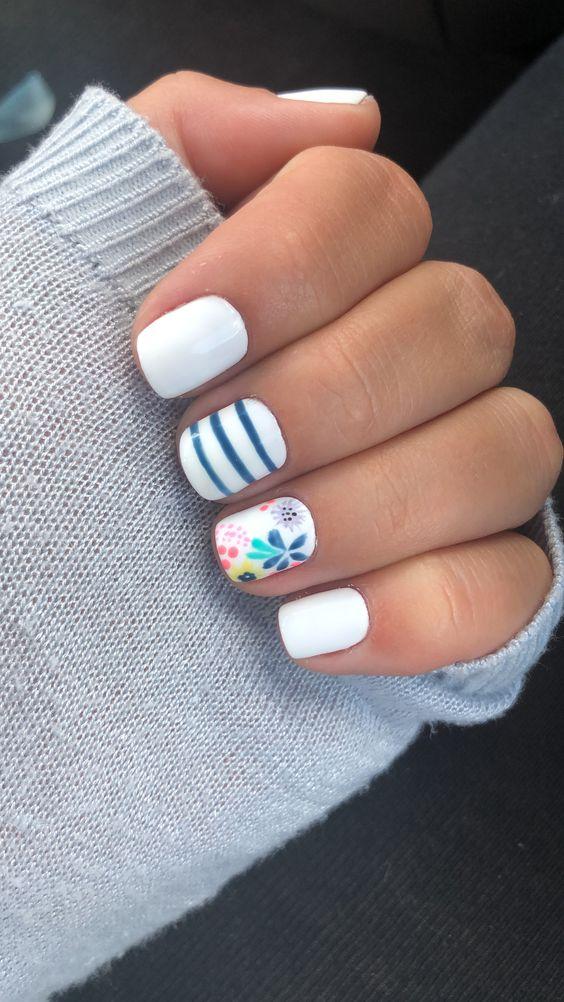 Foto de uñas cortas blancas con azul