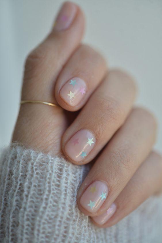 Foto de uñas cortas con estrellitas