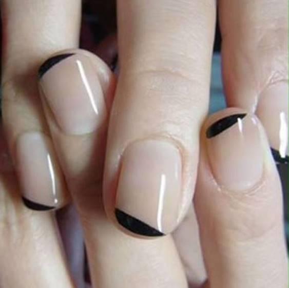 Foto de uñas con raya negra