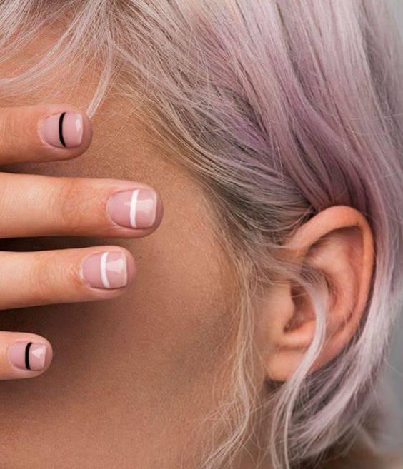 Foto de uñas con una línea horizontal