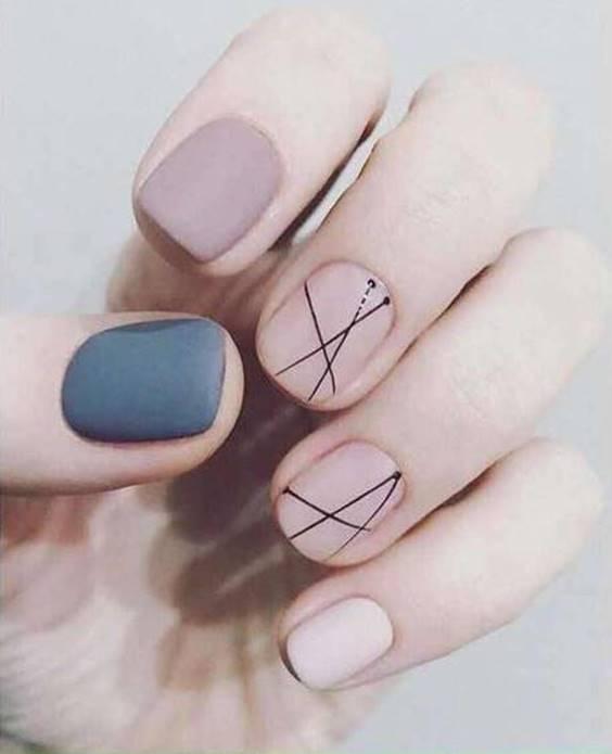 Foto de uñas con líneas verticales