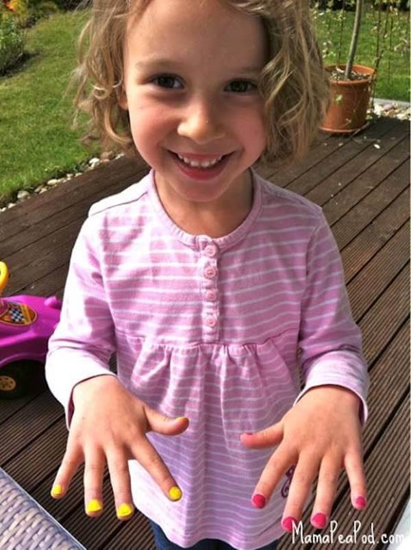 Foto de decoración de uñas para niñas: cada mano de un color distinto