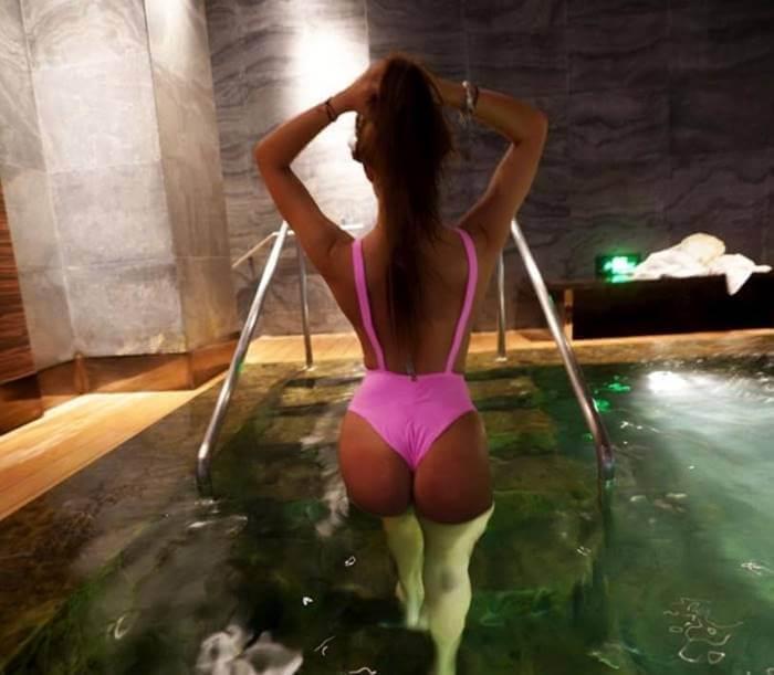 Foto de Sara Uribe en vestido de baño de espaldas