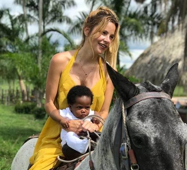 Foto de esta famosa con su nuevo bebé adoptada