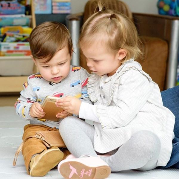 Helena y Nicolás hijos de Laura Acuña