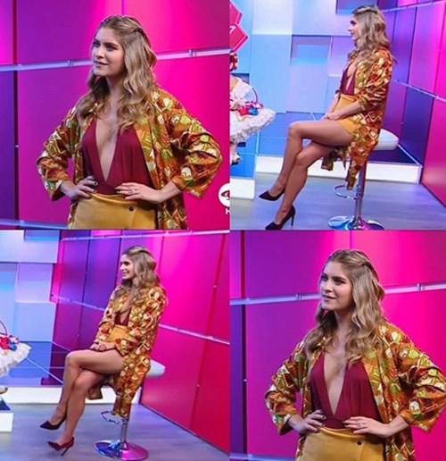 Laura Tobón escote vestido amarillo