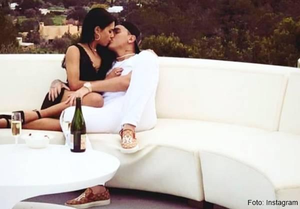 Foto de esta pareja besándose